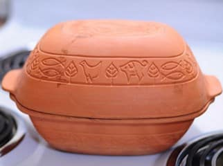 Batu bata, genteng, guci yang terbuat dari tanah liat