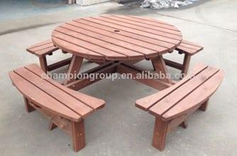 Meja dan kursi yang terbuat dari kayu